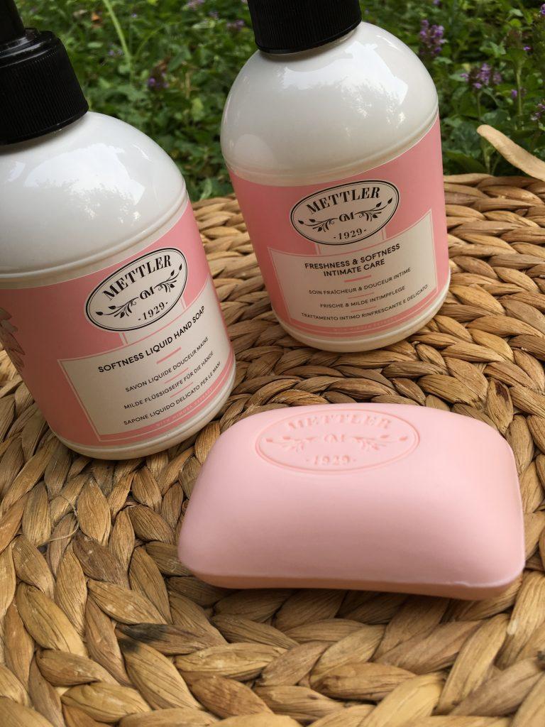 Sapone solido vellutato, sapone liquido delicato e trattamento intimo rinfrescante e delicato.