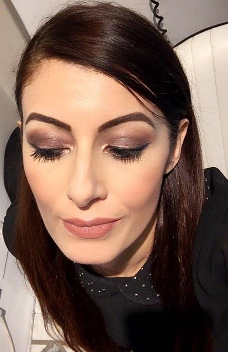 Makeup occhi intenso e rossetto nude caldo.