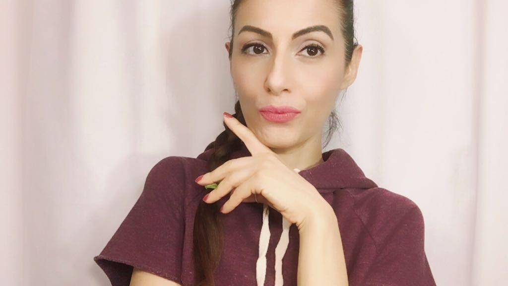 Esfoliare il viso ti aiuterà a essere luminosa anche con un basic makeup look.