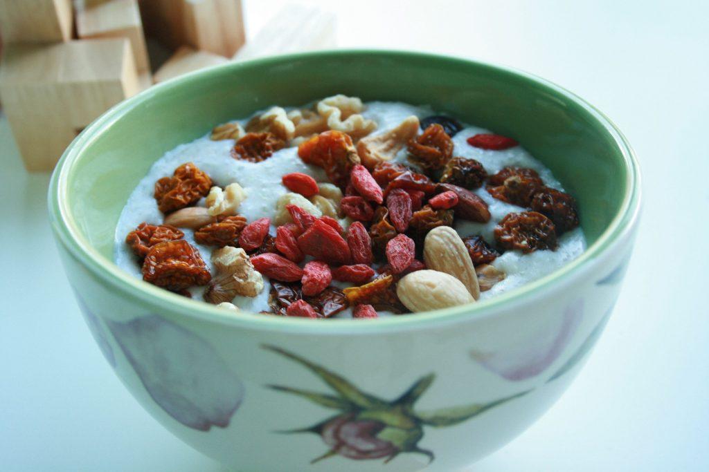 Una delle mie colazioni: Yogurt greco, frutta secca, cereali di avena o farro e bacche di goij